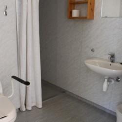noga Rollstuhl angepasstes Bad im norwegischen Gruppenhaus am See.