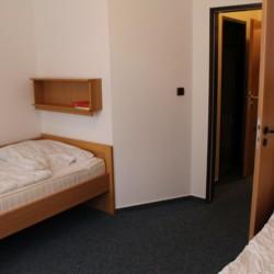 Ein Doppelzimmer im deutschen Gruppenheim Gästehaus Horn-Bad Meinberg für Kinder und Jugendfreizeiten.