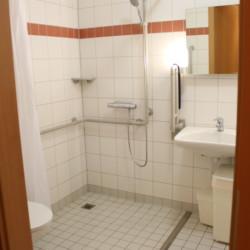 Barrierefreies Badezimmer im Gästehaus Luisenpark für behinderte Menschen