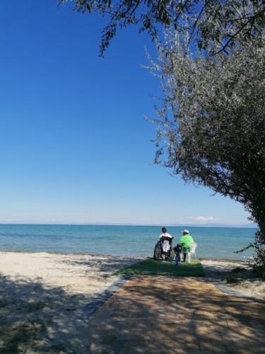 GRVO barrierefreier Privatstrand des Rollihotels Villa Olymp in Griechenland.