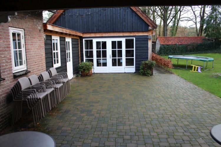 Terrasse am niederländischen Gruppenhaus Nieuwe Brug