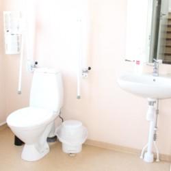 Die sanitären Anlagen im schwedischen Gruppenhaus Brittebo Lägergård.