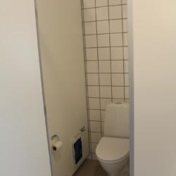 Toiletten im dänischen Gruppenhaus Rolandhytten