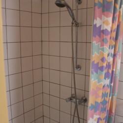 Duschkabine im Gruppenhaus Postelhoef in den Niederlanden.