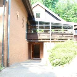 Hauptgebäude mit Kellereingang im deutschen Kinderfreizeithaus Waldheim Häger