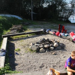nogu Das norwegische Gruppenhaus am See mit Badesteg und Lagerfeuerstelle