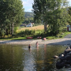 nogu Badestelle am Freizeitheim in Norwegen mit Sandstrand und Badebrücke.