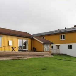 Sonnenterrasse am norwegischen Freizeitheim mit Badestelle in der Nähe.