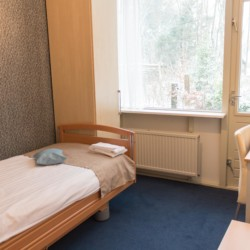 Einzelzimmer im Gruppenhotel Fredeshiem für behinderte Menschen in den Niederlanden