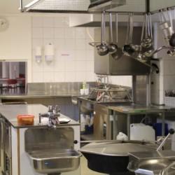 nosj5k2 Der Küchenbereich des Gruppenhauses Sjöglimt in Norwegen.