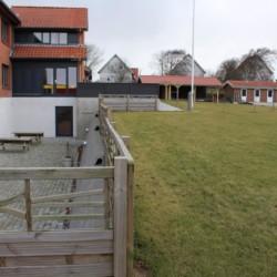 Außengelände des dänischen Freizeitheims Thy Bo an der dänischen Westküste