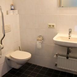 Behindertengerechtes Badezimmer im Gruppenhaus Kleiner Schmetterling in den Niederlanden