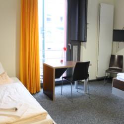 Rolligerechtes Zimmer in der barrierefreien Jugendherberge Düsseldorf für behinderte Menschen