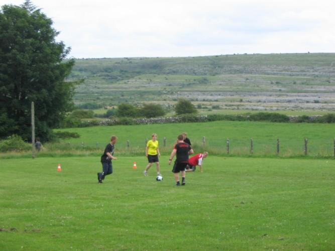 Fußball am irischen Freizeithaus Clare's Rock Hostel für Kinder und Jugendreisen.
