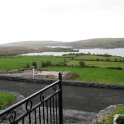 Outdoor-Schach am irischen Gruppenhaus Clare's Rock Hostel für Kinder und Jugendfreizeiten.