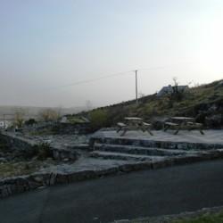 Sitzgruppen am Außengelände des irischen Gruppenheims Clare's Rock Hostel.