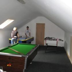 Billard, Kicker und Airhockey im Gruppenraum im Freizeithaus Clare's Rock Hostel in Irland.