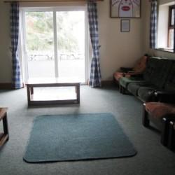 Gruppenraum mit Sofas im irischen Gruppenheim Clare's Rock Hostel.