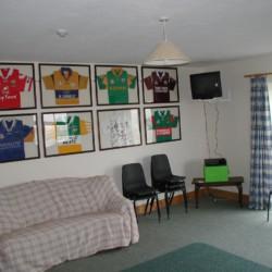 Gruppenraum mit Sofa und TV im irischen Freizeithaus Clare's Rock Hostel.