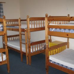 Ein Schlafzimmer im irischen Freizeithaus Clare's Rock Hostel für Kinder und Jugendreisen.