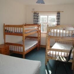 Die Etagenbetten im Mehrbettzimmer im Gruppenhaus Clare's Rock Hostel in Irland.