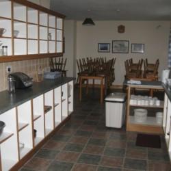 Küche und Speisebereich im irischen Gruppenhaus Clare's Rock Hostel für Kinder und Jugendreisen.