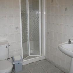 Die sanitären Anlagen mit Dusche, WC und Waschbecken im irischen Freizeithaus Clare's Rock Hostel für Gruppenreisen.