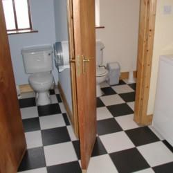 Die sanitären Anlagen im Freizeithaus Clare's Rock Hostel in Irland.