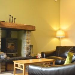 Kaminzimmer im irischen Freizeithaus Donegal Hostel für Kinder und Jugendreisen.