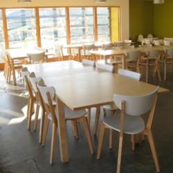 Speisesaal mit Tischen und Stühlen im Gruppenhaus Lackan House für Kinder und Jugendfreizeiten in Irland,