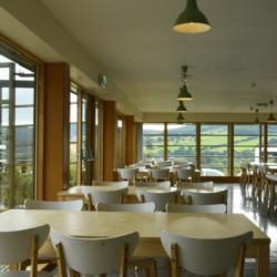 Großer Speisesaal im Gruppenhaus Lackan House für Kinder und Jugendfreizeiten in Irland,