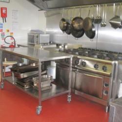 Die Küche im Gruppenheim Lackan House in Irland für Kinder und Jugendfreizeiten.