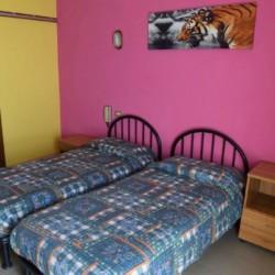 Ein Zweibettzimmer im italienischen Gruppenhaus La Capannina.