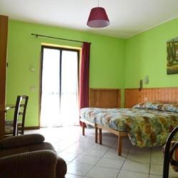 Ein helles Zimmer im italienischen Gruppenhaus La Capannina.