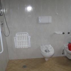 Die handicapgerechte Dusche im Gruppenhaus La Capannina in Italien.