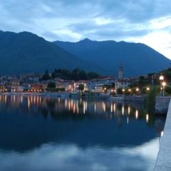 Der See in der Nähe des Gruppenhauses La Capannina in Italien bei Nacht.