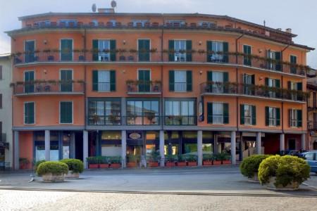 Das Gruppenhotel Residence dei Fiori*** in Italien von außen.
