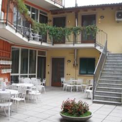Innenhof und Terrasse des gruppenhotels Residence dei Fiori in Italien.