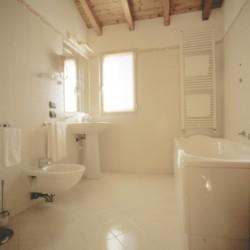 Die sanitären Anlagen im gruppenhotel Residence dei Fiori*** in Italien.