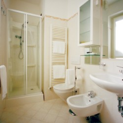 Das Badezimmer im Gruppenhotel Residence dei Fiori*** in Italien.
