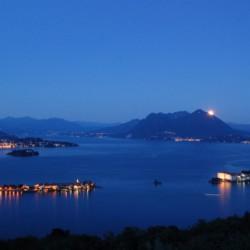 Der Lago Maggiore in der Nähe des Gruppenhotels Residence dei Fiori*** in Italien bei Nacht.