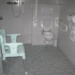 NLJH Das rolligerechte Badezimmer im handicapgerechten niederländischen Gruppenhaus de Jorishoeve für Menschen mit Behinderung.