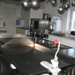 Die Küche für Selbstversorger im schwedischen Freizeitheim Gläntan.