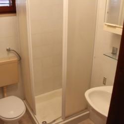 Sanitäre Anlagen mit WC, Dusche und Waschbecken im Freizeitheim Haus Martin in Kroatien.