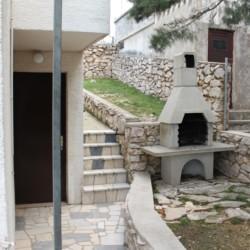 Der Außenbereich mit Grill am Freizeithaus Haus Martin für Kinder und Jugendreisen in Kroatien.