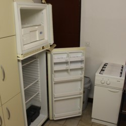 Die Küche mit Kühlschrank im kroatischen Freizeithaus Haus Martin für Gruppenreisen.