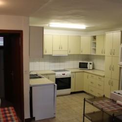 Die Küche für Selbstversorger im Gruppenhaus Haus Martin für Kinder und Jugendfreizeiten in Kroatien.