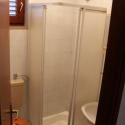 Sanitäre Anlagen mit WC und Einzeldusche im Freizeithaus Haus Martin in Kroatien.