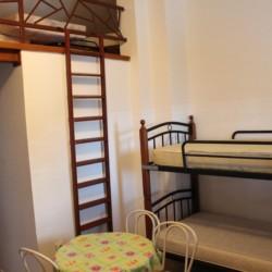 Ein Schlafzimmer mit Etagenbett im Gruppenheim Haus Martin für Kinder und Jugendfreizeiten in Kroatien.