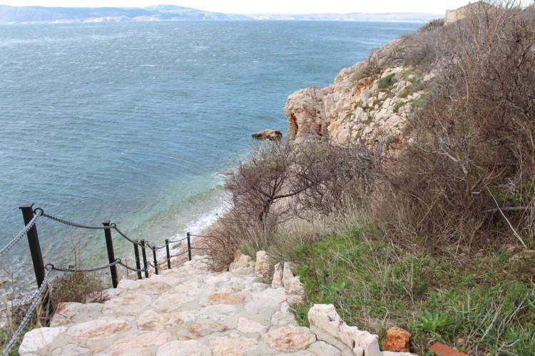 Weg zum Strand und Meer an den Klippen am Freizeithaus Haus Martin in Kroatien.